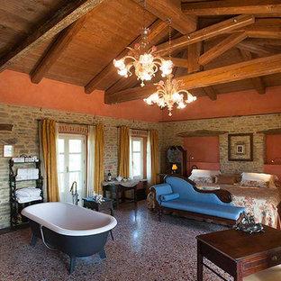 Immagine di una grande stanza da bagno padronale tradizionale con vasca freestanding, doccia aperta, lavabo sospeso, top in pietra calcarea e doccia aperta
