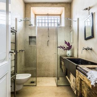 Ispirazione per una stanza da bagno mediterranea con ante in stile shaker, ante con finitura invecchiata, doccia alcova, piastrelle grigie, pareti grigie, top in legno, pavimento grigio, porta doccia a battente, un lavabo e mobile bagno sospeso