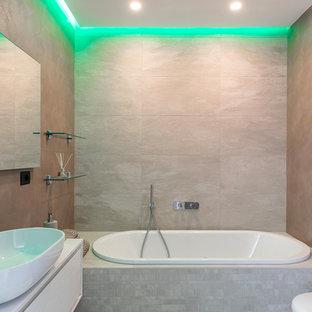 Idee per una stanza da bagno con doccia design con ante lisce, vasca ad alcova, WC sospeso, piastrelle beige, pareti beige e lavabo a bacinella