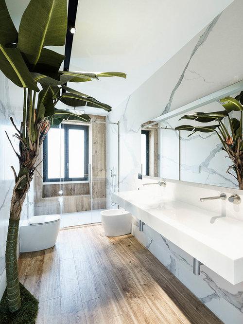 Bagno con pavimento in gres porcellanato e piastrelle di - Piastrelle di marmo ...