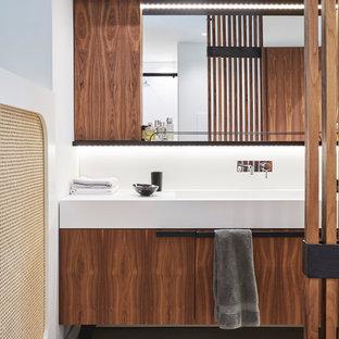 Foto di una stanza da bagno contemporanea con ante lisce, ante marroni, piastrelle bianche, pareti bianche, lavabo a consolle e pavimento beige