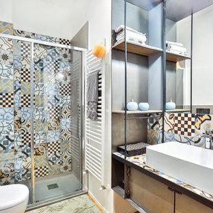Idee per una stanza da bagno con doccia mediterranea di medie dimensioni con doccia ad angolo, piastrelle multicolore, piastrelle in ceramica, pareti bianche, lavabo a bacinella e porta doccia scorrevole