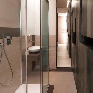 Esempio di una piccola stanza da bagno con doccia minimal con doccia a filo pavimento, piastrelle beige, piastrelle marroni, lavabo a bacinella e porta doccia scorrevole