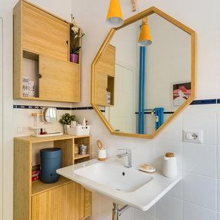 Foto di una stanza da bagno con doccia bohémian con piastrelle bianche, pareti bianche, lavabo sospeso e pavimento marrone