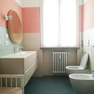 Ispirazione per una stanza da bagno con doccia minimal di medie dimensioni con ante lisce, ante beige, WC sospeso, piastrelle bianche, pareti multicolore, lavabo integrato, pavimento verde, top beige, un lavabo e mobile bagno sospeso