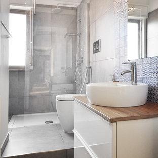 Foto di una stanza da bagno con doccia minimal di medie dimensioni con ante lisce, ante bianche, doccia ad angolo, piastrelle blu, piastrelle grigie, pareti bianche, pavimento in legno massello medio, lavabo a bacinella, top in legno e doccia aperta
