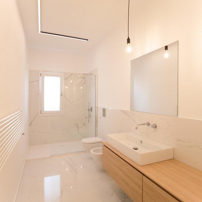 Idee per una stanza da bagno minimal di medie dimensioni con ante lisce, ante in legno chiaro, doccia alcova, WC sospeso, piastrelle di marmo, pareti bianche, pavimento in marmo, top in legno, pavimen