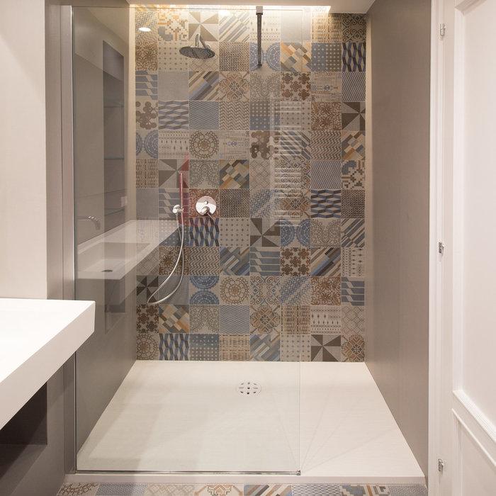 Immagine di una stanza da bagno con doccia design di medie dimensioni con piastrelle multicolore e piastrelle in ceramica