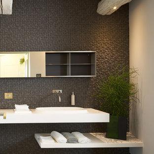 Diseño de cuarto de baño principal, contemporáneo, grande, con armarios con paneles lisos, puertas de armario negras, bañera exenta, combinación de ducha y bañera, paredes grises, suelo de madera pintada, lavabo de seno grande y suelo negro