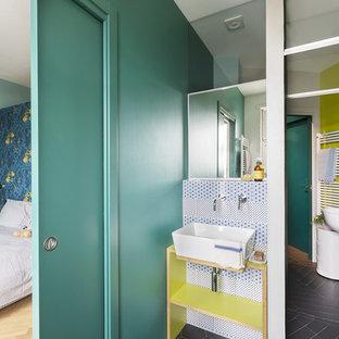 Foto di una stanza da bagno design con doccia a filo pavimento, piastrelle blu, piastrelle grigie, piastrelle bianche, pareti verdi, lavabo a bacinella, top in legno, pavimento grigio, porta doccia a battente e top verde