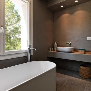 Ispirazione per una stanza da bagno padronale design con vasca freestanding, pareti grigie, lavabo a bacinella, pavimento grigio e top grigio