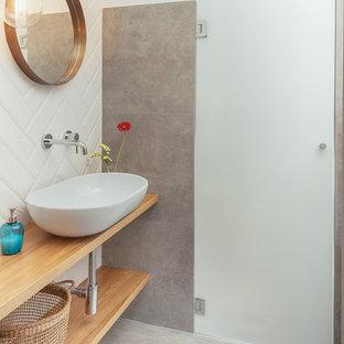 Foto di una stanza da bagno industriale con nessun'anta, ante in legno chiaro, piastrelle bianche, pavimento in gres porcellanato, lavabo a bacinella, top in legno, pavimento grigio, piastrelle in ceramica, pareti bianche e porta doccia a battente