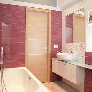 Idee per una stanza da bagno minimal di medie dimensioni con ante lisce, ante bianche, piastrelle bianche, piastrelle rosa, piastrelle in ceramica, pareti bianche, pavimento in gres porcellanato, lavabo a bacinella e pavimento beige