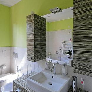 Ejemplo de cuarto de baño de estilo de casa de campo, pequeño, con armarios con paneles lisos, sanitario de pared, paredes verdes, suelo de madera en tonos medios y lavabo de seno grande
