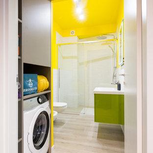 Salle de bain avec un mur jaune et un sol en bois clair : Photos et ...