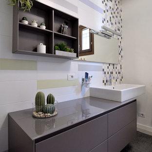 На фото: с высоким бюджетом ванные комнаты среднего размера в современном стиле с плоскими фасадами, фиолетовыми фасадами, раздельным унитазом, разноцветной плиткой, керамической плиткой, разноцветными стенами, полом из керамической плитки, раковиной с несколькими смесителями, стеклянной столешницей, серым полом, фиолетовой столешницей, душем без бортиков и душем с распашными дверями