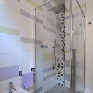 Пример оригинального дизайна: ванная комната среднего размера в современном стиле с плоскими фасадами, фиолетовыми фасадами, раздельным унитазом, разноцветной плиткой, керамической плиткой, разноцветными стенами, полом из керамической плитки, раковиной с несколькими смесителями, стеклянной столешницей, серым полом, фиолетовой столешницей, душем без бортиков и душем с распашными дверями