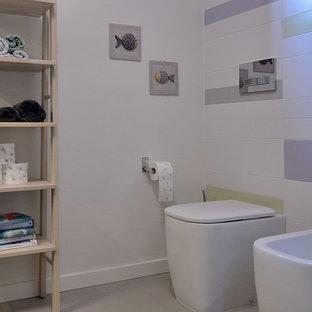 Idées déco pour une salle de bain contemporaine de taille moyenne avec un placard à porte plane, des portes de placard violettes, un WC séparé, un carrelage multicolore, des carreaux de céramique, un mur multicolore, un sol en carrelage de céramique, une grande vasque, un plan de toilette en verre, un sol gris, un plan de toilette violet, une douche à l'italienne et une cabine de douche à porte battante.