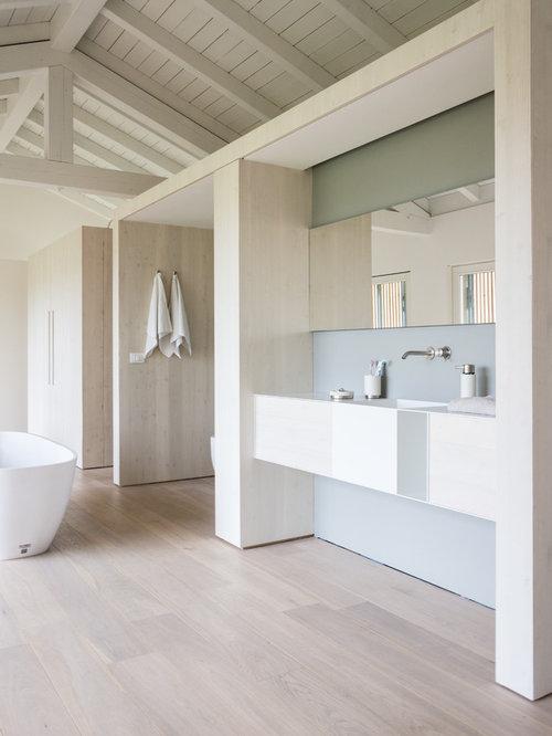 Bagno moderno con parquet chiaro foto idee arredamento - Idee arredo bagno moderno ...