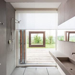 Ispirazione per una stanza da bagno con doccia scandinava con doccia a filo pavimento e lavabo sospeso