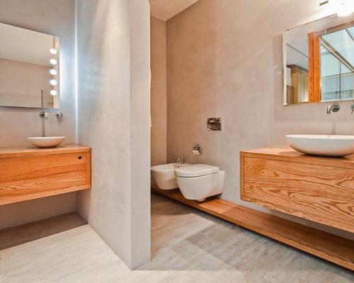 esempio di una stanza da bagno scandinava con ante lisce ante in legno chiaro