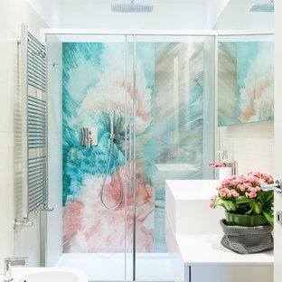 Ispirazione per una stanza da bagno con doccia design con ante bianche, porta doccia scorrevole, top bianco, ante lisce, doccia alcova, bidè, piastrelle beige, piastrelle a mosaico, pareti bianche, lavabo a bacinella e pavimento grigio