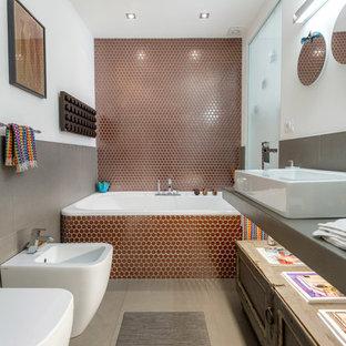 Ispirazione per una grande stanza da bagno padronale design con vasca da incasso, piastrelle in ceramica, pareti bianche, pavimento in gres porcellanato, lavabo rettangolare e top in superficie solida