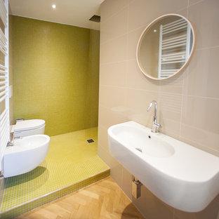 Imagen de cuarto de baño con ducha, contemporáneo, de tamaño medio, con ducha abierta, sanitario de pared, baldosas y/o azulejos verdes, baldosas y/o azulejos en mosaico, paredes verdes, lavabo suspendido, suelo con mosaicos de baldosas, suelo verde y ducha abierta
