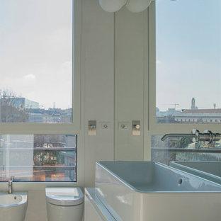 Foto di una stanza da bagno design con ante lisce, ante bianche, bidè, pareti bianche, lavabo a bacinella, pavimento grigio, top bianco, un lavabo e mobile bagno sospeso
