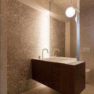 Imagen de cuarto de baño minimalista, grande, con suelo gris