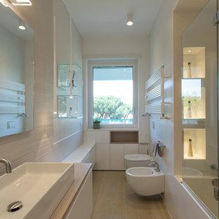Bild på ett funkis beige beige badrum, med släta luckor, vita skåp, ett hörnbadkar, en dusch/badkar-kombination, en bidé, vita väggar, ett nedsänkt handfat, träbänkskiva, beiget golv och dusch med gångjärnsdörr