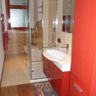 Esempio di una stanza da bagno moderna con ante lisce, ante rosse, piastrelle beige e piastrelle in gres porcellanato
