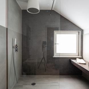 Esempio di una stanza da bagno contemporanea con ante bianche, doccia a filo pavimento, piastrelle grigie, pareti bianche, pavimento grigio e doccia aperta