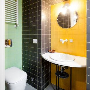 Idee per una piccola stanza da bagno minimal con piastrelle gialle, piastrelle nere, piastrelle verdi, piastrelle in pietra e lavabo sospeso