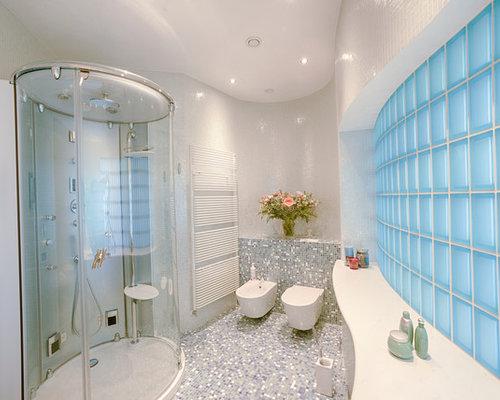 Grande stanza da bagno con pavimento con piastrelle a mosaico