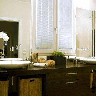 Esempio di una stanza da bagno contemporanea con ante gialle, piastrelle grigie, piastrelle in ardesia, pareti grigie, parquet chiaro, top in vetro e top giallo