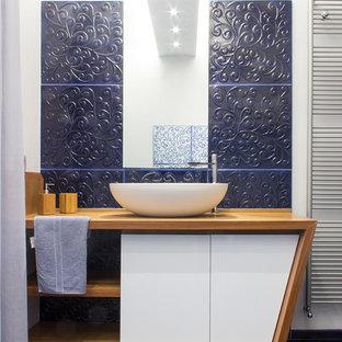 Esempio di una stanza da bagno con doccia contemporanea con ante in legno scuro, piastrelle blu, pareti bianche, lavabo a bacinella, pavimento blu, ante lisce e top in legno