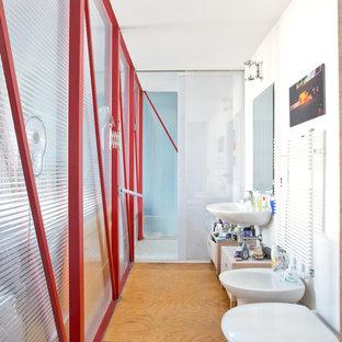 Idee per una stanza da bagno boho chic di medie dimensioni con bidè, pareti bianche, pavimento in legno massello medio e lavabo sospeso
