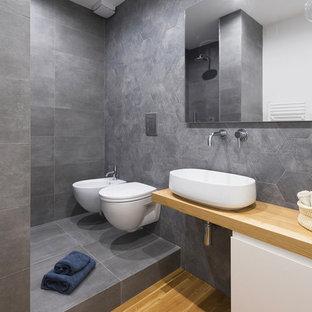 Идея дизайна: ванная комната в стиле модернизм с плоскими фасадами, белыми фасадами, душем в нише, инсталляцией, серыми стенами, светлым паркетным полом, душевой кабиной, настольной раковиной, столешницей из дерева, бежевым полом, открытым душем и бежевой столешницей