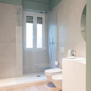 Bild på ett stort funkis vit vitt badrum med dusch, med släta luckor, vita skåp, en öppen dusch, en toalettstol med separat cisternkåpa, vit kakel, porslinskakel, gröna väggar, ett undermonterad handfat och bänkskiva i akrylsten