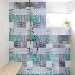 Ispirazione per una stanza da bagno stile marinaro con piastrelle multicolore, piastrelle in ceramica, doccia a filo pavimento, pareti beige, pavimento beige e doccia aperta