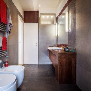 Foto di una stanza da bagno con doccia contemporanea di medie dimensioni con ante lisce, ante in legno bruno, bidè, piastrelle grigie, pareti bianche, lavabo da incasso, top in legno, pavimento grigio e top marrone