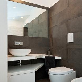 Ispirazione per una stanza da bagno con doccia design di medie dimensioni con nessun'anta, ante bianche, piastrelle grigie, piastrelle verdi, piastrelle in gres porcellanato, pavimento in gres porcellanato, lavabo a bacinella, pavimento grigio, top bianco, un lavabo e mobile bagno incassato