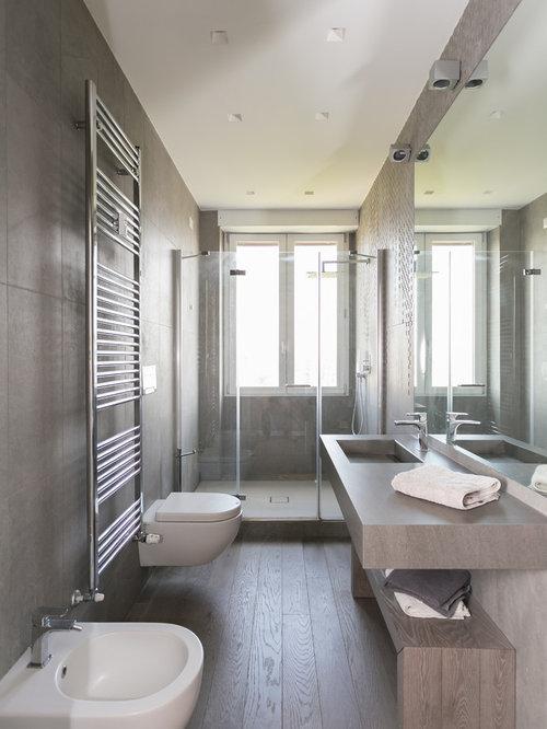 Bagno con doccia con parquet scuro - Foto, Idee, Arredamento