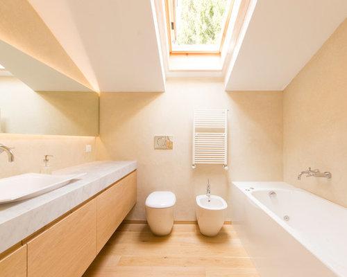 idee per una stanza da bagno nordica con ante lisce ante in legno chiaro