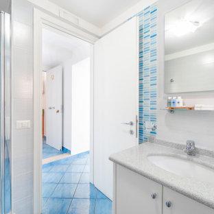 Idéer för ett mellanstort modernt grå badrum med dusch, med släta luckor, vita skåp, en hörndusch, en toalettstol med separat cisternkåpa, flerfärgad kakel, porslinskakel, vita väggar, klinkergolv i porslin, ett nedsänkt handfat, marmorbänkskiva, turkost golv och dusch med gångjärnsdörr