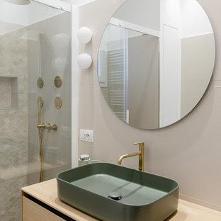 Immagine di una stanza da bagno con doccia minimal di medie dimensioni con ante lisce, ante in legno chiaro, doccia alcova, piastrelle beige, piastrelle in gres porcellanato, pareti bianche, lavabo a bacinella, top in legno, top beige, nicchia, un lavabo e mobile bagno sospeso