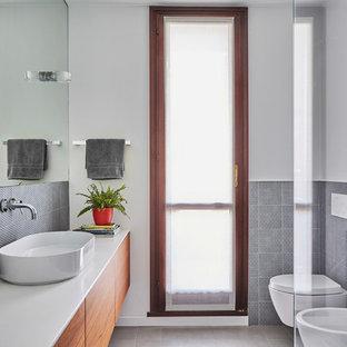 Esempio di una stanza da bagno con doccia minimal di medie dimensioni con ante lisce, ante in legno scuro, bidè, pareti bianche e lavabo a bacinella