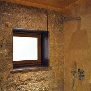 Foto di una grande stanza da bagno padronale in montagna con ante lisce, ante in legno chiaro, doccia alcova, lastra di pietra, pavimento in pietra calcarea e top in legno