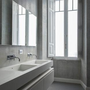 Ispirazione per una stanza da bagno minimal con ante lisce, ante bianche, pareti grigie, lavabo integrato, pavimento grigio e top bianco